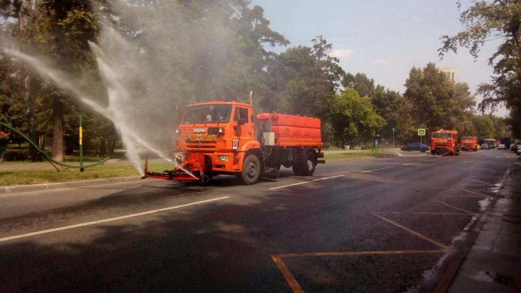 В Алтуфьевском для полива дорог ежедневно используют 140 «кубов» воды